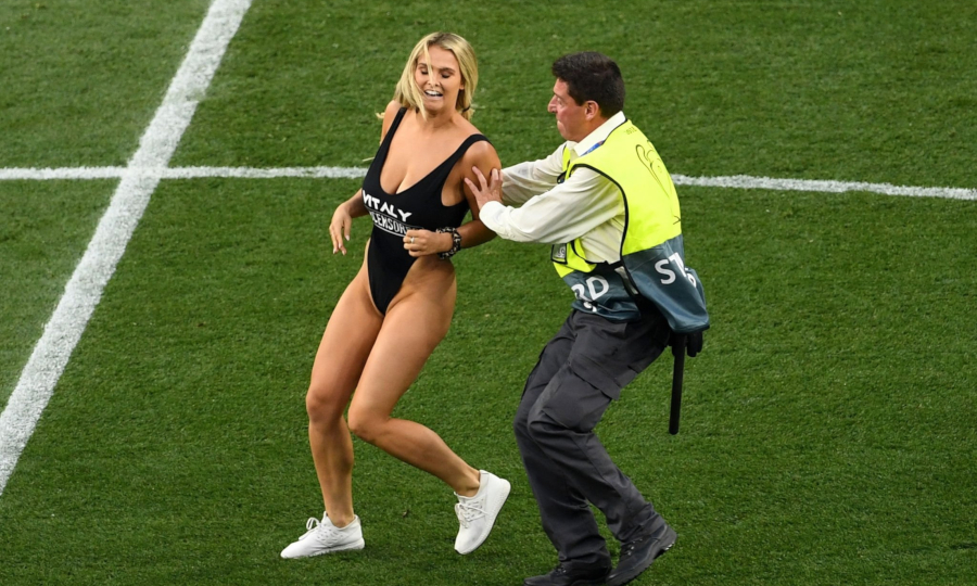 Ποια είναι η ξανθιά...εισβολέας του τελικού του Champions League