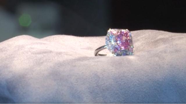 Έσπασε την... μπάνκα: 7,5 εκατ. δολάρια για το ροζ διαμάντι «Bubble gum»