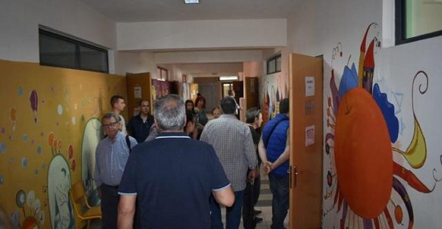 Έριξε δεκάευρω στην κάλπη και προκάλεσε αναστάτωση σε εκλογικό τμήμα του Τυρνάβου