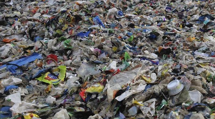Σκουπίδια πλαστικών δημιούργησαν νησί στη Μεσόγειο και βουνό στο Νέο Δελχί