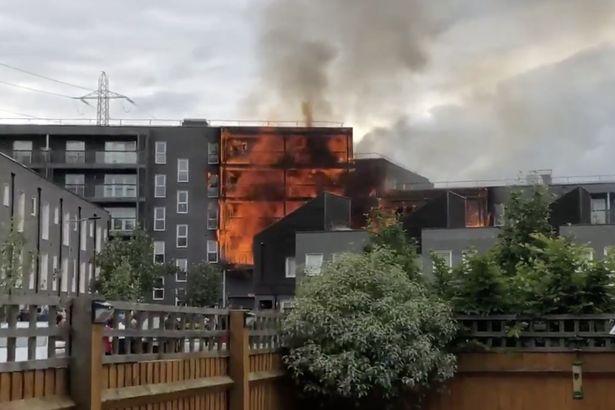 Μεγάλη πυρκαγιά σε πολυκατοικία στο Λονδίνο