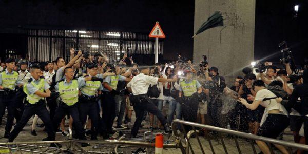 Αγριες συμπλοκές στο Χονγκ Κονγκ μεταξύ διαδηλωτών και αστυνομίας