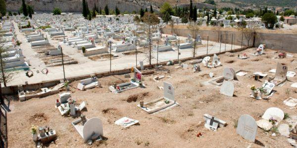 Σοκ στο νεκροταφείο Σχιστού: Λείψανα νεκρών πεταμένα στους διαδρόμους του Κοιμητηρίου