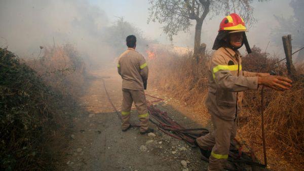 Μαίνεται η πυρκαγιά στην Αχαΐα