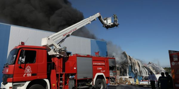 Στις φλόγες εργοστάσιο επίπλων στο Σχηματάρι
