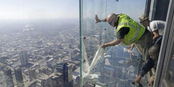 Πήραν την τρομάρα της ζωής τους – Ράγισε το γυάλινο πάτωμα στον 103ο όροφο