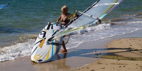 Μια 81χρονη από την Κεφαλονιά θα κάνει τον διάπλου Κυλλήνη - Σκάλα με windsurf
