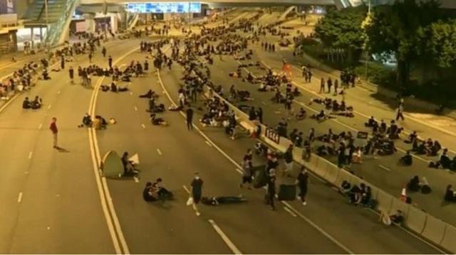 Οι διαδηλωτές στο Χονγκ Κονγκ καθαρίζουν την πόλη μετά την διαμαρτυρία τους