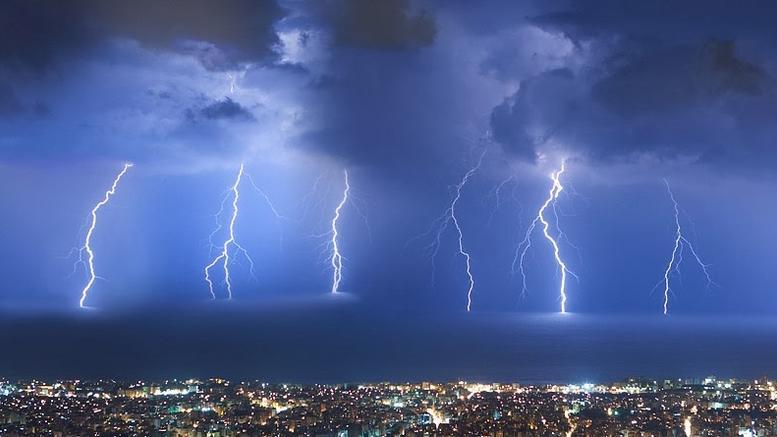 Μέσα σε μία ώρα 680 κεραυνοί και 60 χιλιοστά βροχής το μεσημέρι στην Αττική