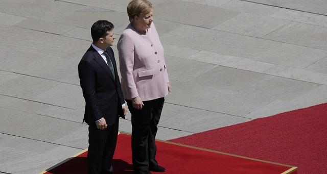 Πώς εξηγεί η Μέρκελ το τρέμουλο δίπλα στον νέο πρόεδρο της Ουκρανίας