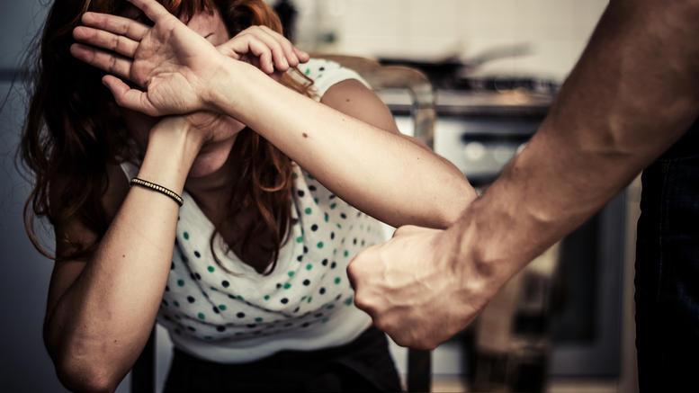 Χτύπησε και απείλησε την εν διαστάσει σύζυγό του
