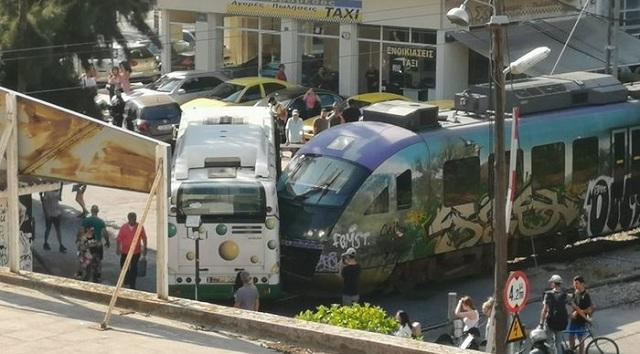 Σύγκρουση αστικού λεωφορείου με συρμό του προαστιακού