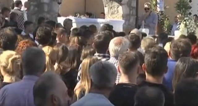 Ράγισαν καρδιές στη Φθιώτιδα: Σε λευκά φέρετρα και με Μητροπάνο κηδεύτηκαν τα δύο αδέρφια