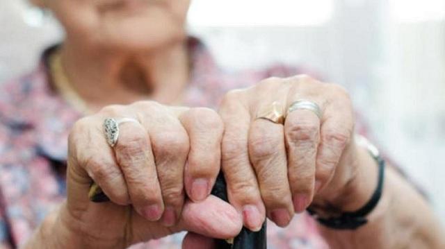 Γιαγιά… αγκάλιασε παππού και του έκλεψε χρήματα