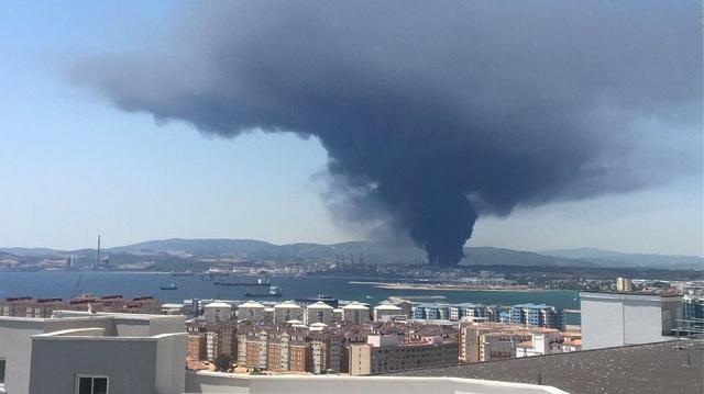 Τεράστιο νέφος καπνού κοντά στο Γιβραλτάρ, από πυρκαγιά σε εργοστάσιο χημικών