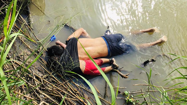 Εικόνα-σοκ: Πατέρας νεκρός αγκαλιά με την κόρη του στα σύνορα ΗΠΑ-Μεξικού