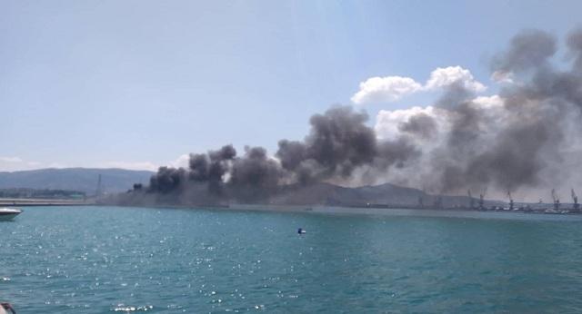 Παρανάλωμα του πυρός σκάφος στο Λιμάνι του Βόλου [photos]