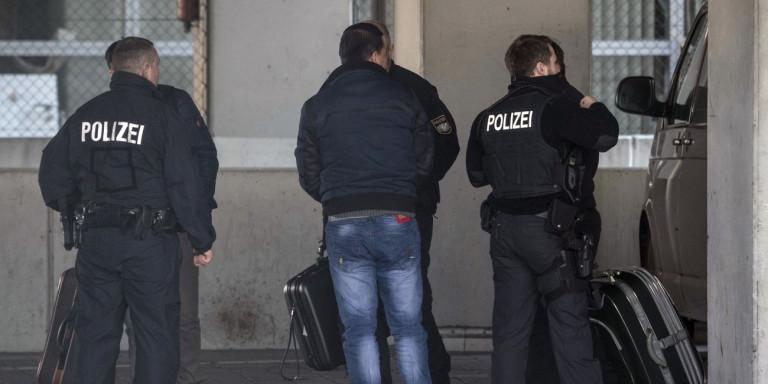 Ανθρωποκυνηγητό για τον εντοπισμό βιαστή 11χρονου κοριτσιού στο Μόναχο -Φορούσε μάσκα λύκου ο δράστης