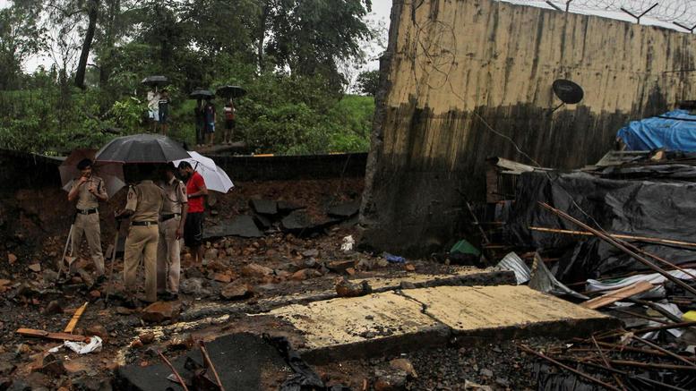 Κατέρρευσε τοίχος πάνω σε παράγκες στην Ινδία: 15 οι νεκροί