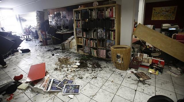 Επίθεση Ρουβίκωνα στην Athens Voice -Τα έκαναν «γυαλιά καρφιά»