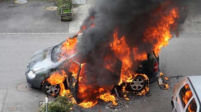 Περίμενε το φανάρι και είδε το αυτοκίνητό του να παίρνει φωτιά