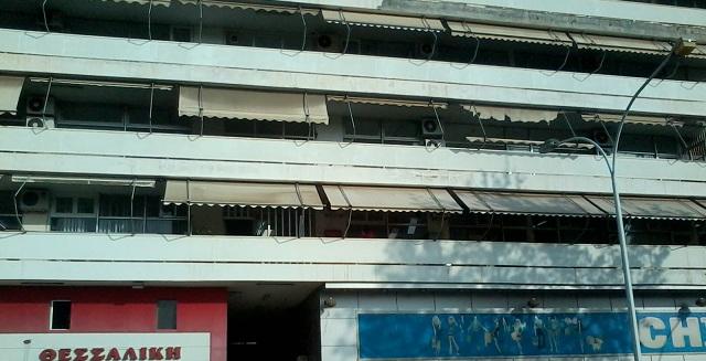43χρονη απειλούσε να πέσει από το μπαλκόνι της Εφορίας Βόλου
