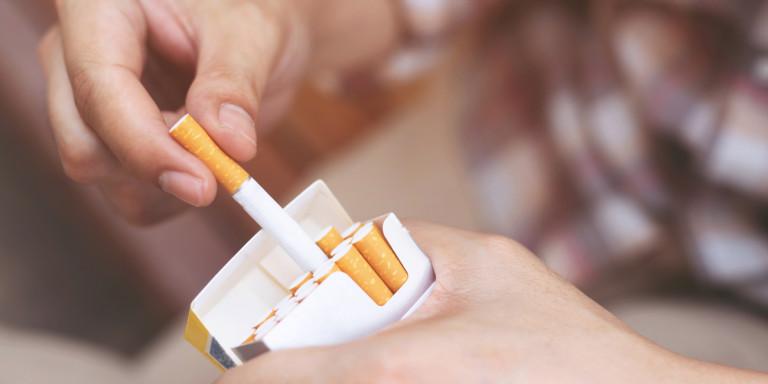 Αγόρασε τσιγάρα και αντίκρισε πάνω τη νεκρή σύζυγό του -Διεκδικεί αποζημίωση «μαμούθ»