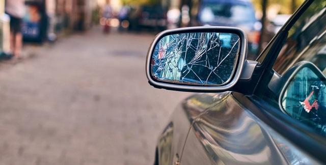 Έσπαγε καθρέφτες αυτοκινήτων στο κέντρο του Βόλου