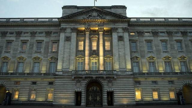 Νεαρός εισέβαλε στο Μπάκιγχαμ την ώρα που μέσα κοιμόταν η βασίλισσα Ελισάβετ