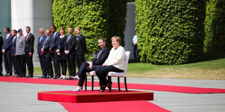 Πήρε το μάθημά της η Μέρκελ: Kαθιστή στην υποδοχή της Δανής πρωθυπουργού [εικόνες]