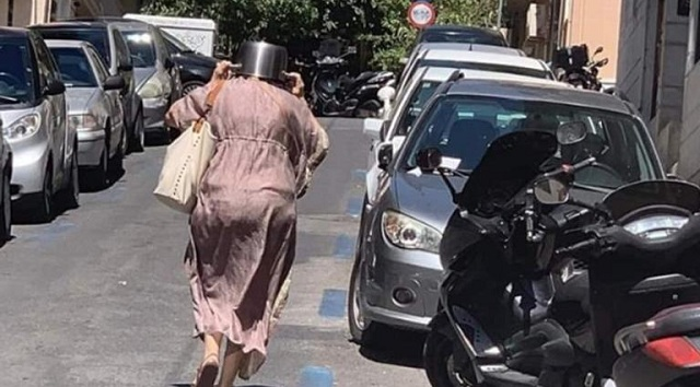 Σεισμός Αθήνα: Πανηγύρι στα social media με την κυρία με την κατσαρόλα στο κεφάλι