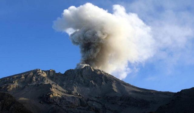 Περού: «Ξύπνησε» το ηφαίστειο Ουμπίνας. Φεύγουν άρον – άρον από τα σπίτια τους κάτοικοι