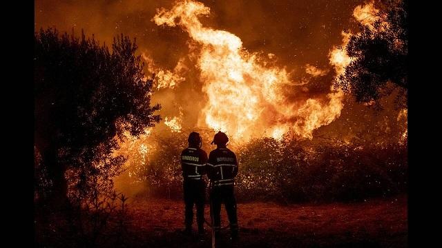 Πύρινη κόλαση στην Πορτογαλία: Δεκάδες τραυματίες, εκκενώσεις κατοικιών και μία σύλληψη