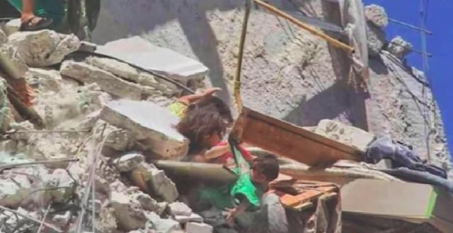 Η φρίκη του πολέμου στη Συρία: Πεντάχρονη προσπαθεί να σώσει την αδερφή της