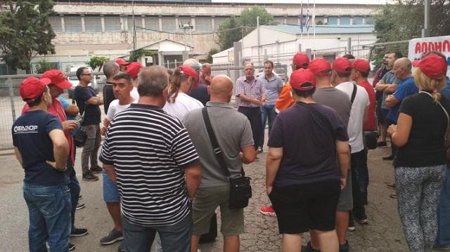 Συμβολική συγκέντρωση στη ΣΟΒΕΛ από απεργούς της ΣΙΔΕΝΟΡ