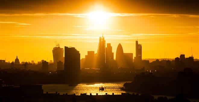 Προβλήματα σε τρένα και πτήσεις στη Βρετανία λόγω του καύσωνα