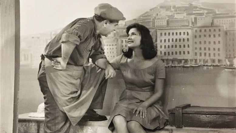 Πίσω από την ιστορική φωτογραφία της Τζένης Καρέζη και του Κώστα Μουσούρη