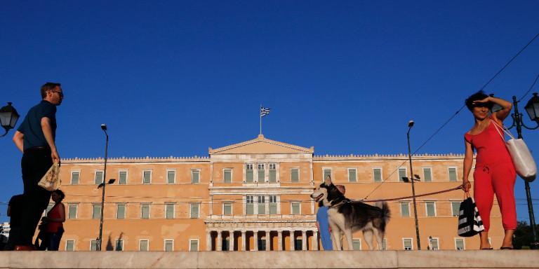 Guardian: Πετάνε τα τασάκια από την ελληνική Βουλή -Κόβουν το κάπνισμα μετά από χρόνια