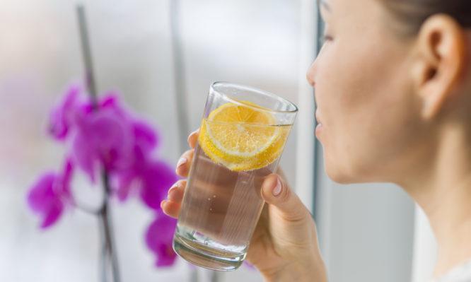 Νερό με λεμόνι: Βοηθάει τελικά στην καύση λίπους; Τι λένε οι επιστήμονες
