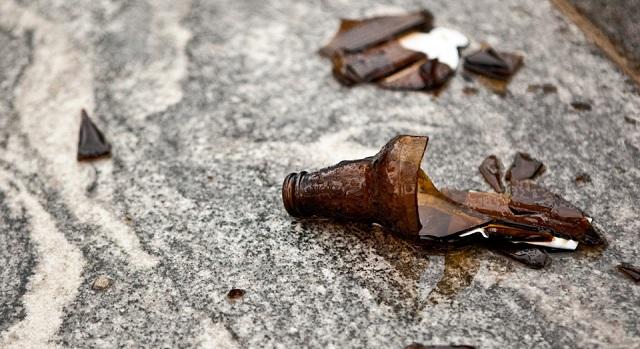 Γέμισε γυαλιά και μπύρα ο δρόμος στη Χρυσή Ακτή Παναγιάς