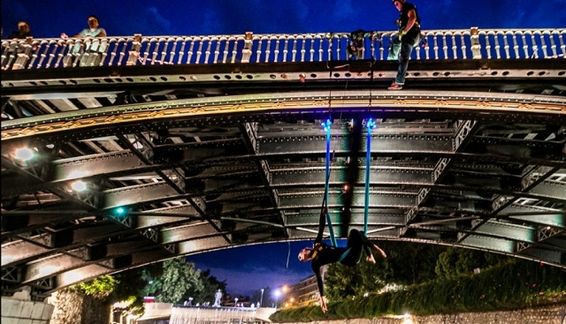 Aerial dance στην... κεντρική γέφυρα των Τρικάλων [εικόνες]