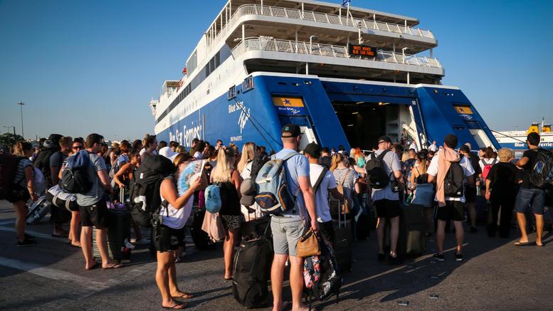 Το αδιαχώρητο στο λιμάνι του Πειραιά, παράταση απόπλου