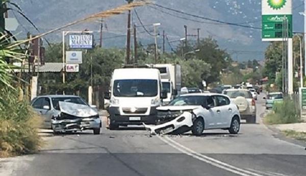 Τροχαίο ατύχημα στην οδό Αθηνών [photos]