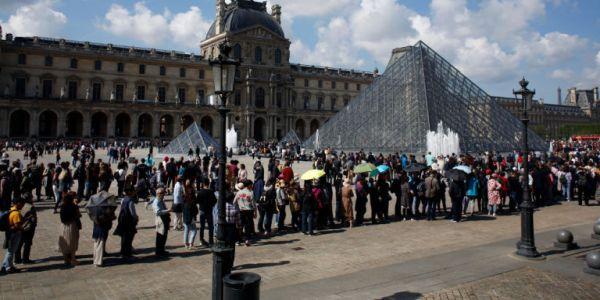 Το αδιαχώρητο στο Λούβρο - Τουρίστες φτάνουν στο διάσημο μουσείο αλλά δεν μπαίνουν