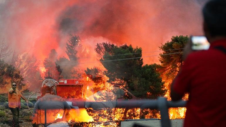 Ανεξέλεγκτες φωτιές σε Εύβοια και Θήβα