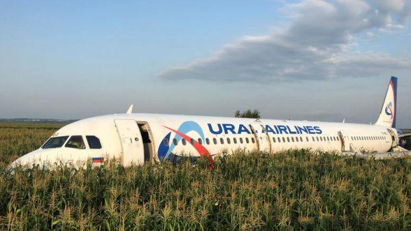 Αναγκαστική προσγείωση σε χωράφι σε πτήση με 233 επιβαίνοντες