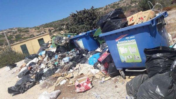 """Εικόνες ντροπής στη Γαύδο - """"Βουνά"""" τα σκουπίδια"""
