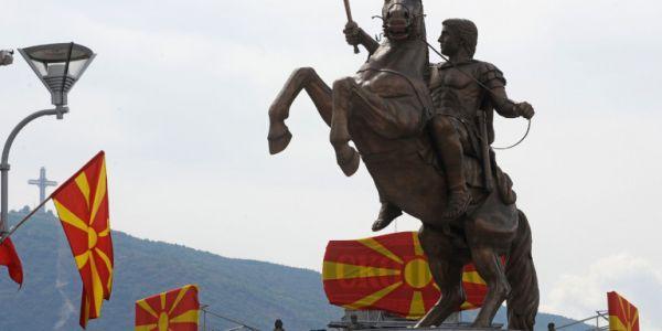 Βανδάλισαν τις πινακίδες στα αγάλματα στα Σκόπια
