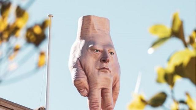 Κριτική για «ανατριχιαστικό» γλυπτό που στήθηκε σε οροφή κτιρίου στο Ουέλινγκτον [εικόνες]