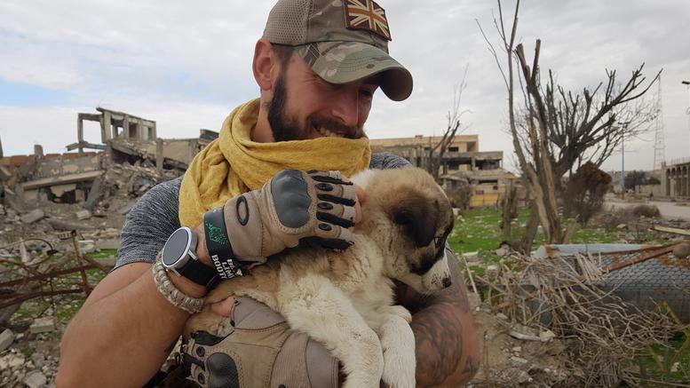 Βρετανός έσωσε ένα κουτάβι από τα συντρίμμια στη Συρία και το υιοθέτησε